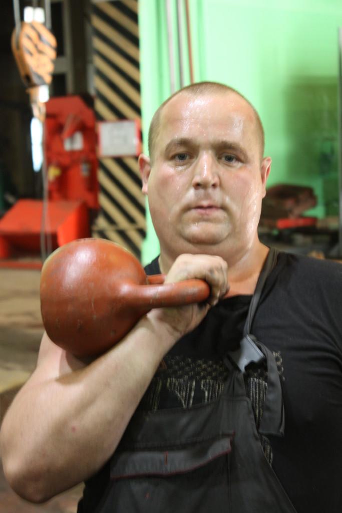 Победитель соревнований по гиревому спорту Андрей Антипин